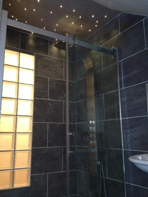 Led douche italienne maison design wibliacom for Carrelage adhesif salle de bain avec ruban led ip44